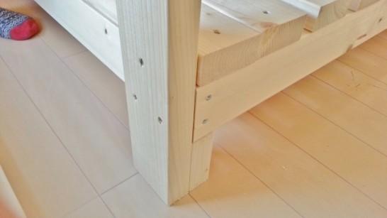 100mmの木材の上に一段目のベッドを乗せて固定