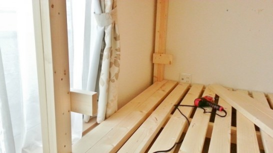 柱の適当なところに小さな木材を固定