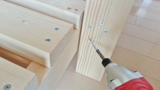 下側ははしごの横から斜めにねじを打つ