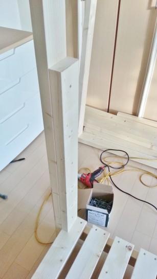 800mmにカットした木材を柱に固定