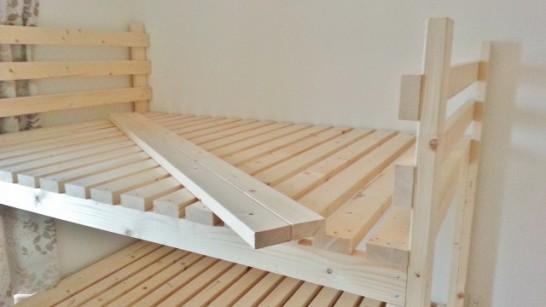 二段ベッドの横面奥側の柵の材料