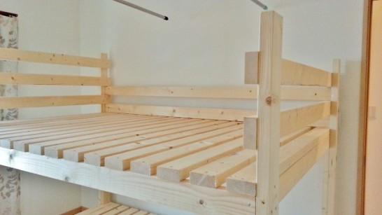 二段目のベッドに枠を取り付ける
