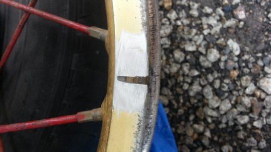 電動サンダーでアルミホイールのクラック部を削り取る