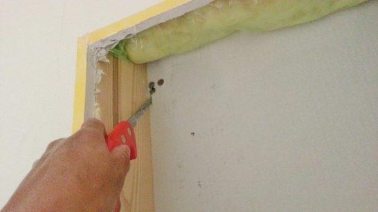 ノコギリで壁に穴を開ける