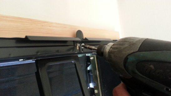 換気扇を木材にビス止め