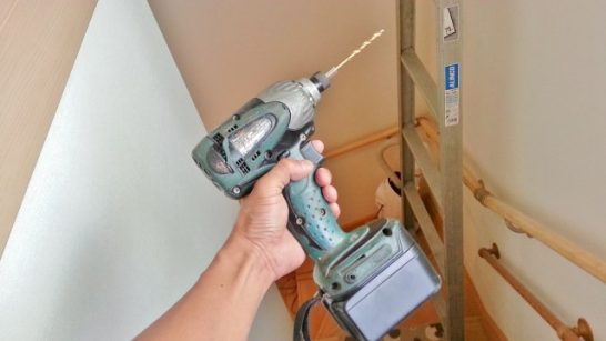 壁に孔を開けるための電動ドリル