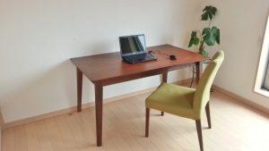 机と椅子とパソコン