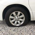 車のタイヤがパンクした時の対処法(スペアタイヤ交換、修理キット)