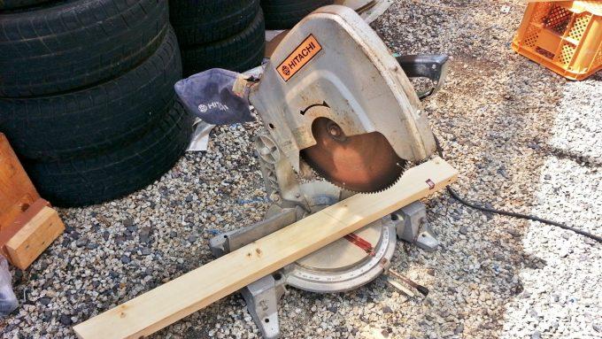 丸鋸で木材をカット