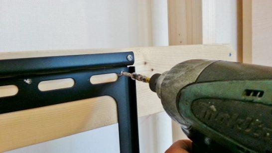 壁掛け金具の上部を固定