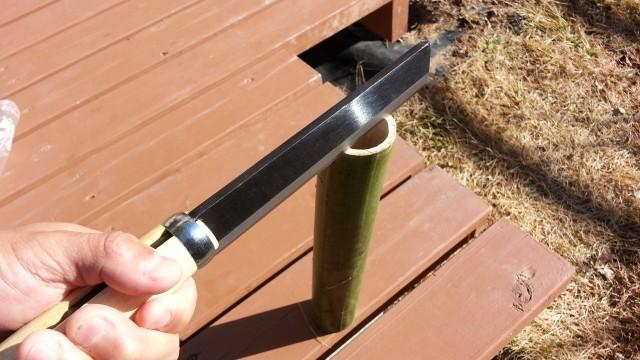 なたで竹を割る