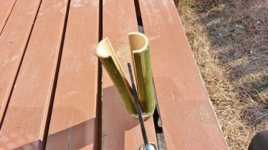 鉈を使って竹を割る