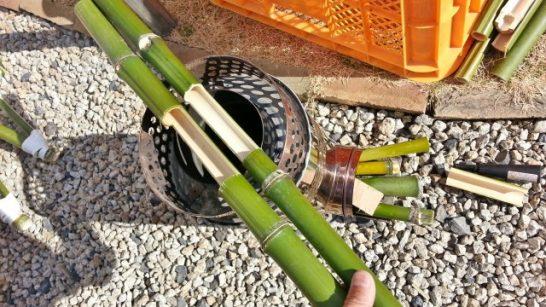 竹をコンロで炙る