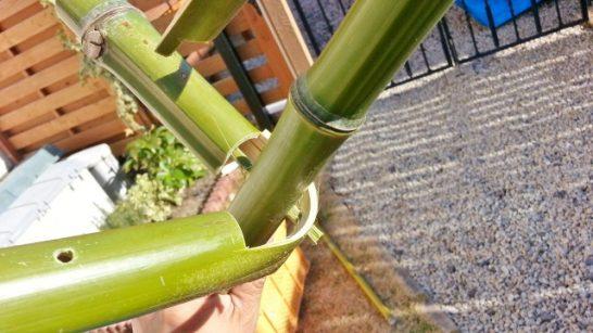細い竹の棒でパーツを固定