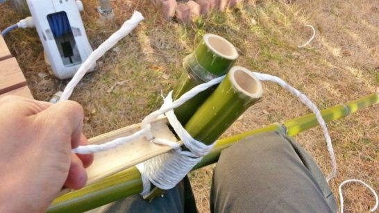 長い方の紐を足を載せるパーツの隙間に入れる