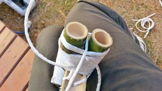足を載せるパーツの間から紐を引っ張る