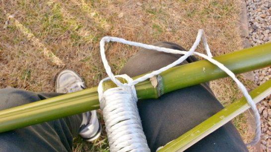 固結びした後の竹馬