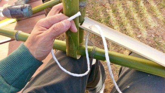 支えとなる部分のパーツに紐を通す