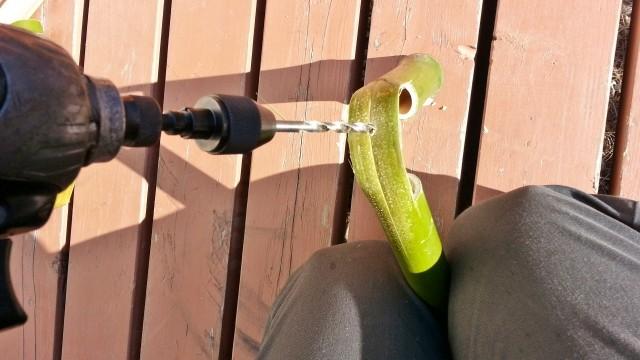 竹馬のパーツに穴を開ける