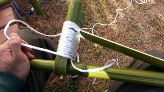 足を載せる部分に紐を巻き続ける