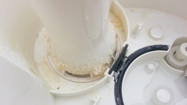 加湿器の中にこびりついた水垢