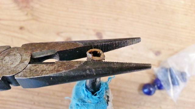 ラジオペンチを使って傘の先端部分を補修