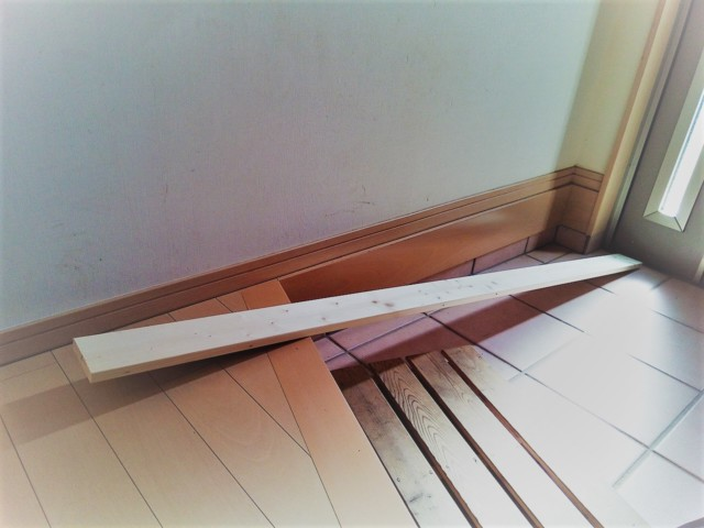 壁面コートハンガーフックの材料となる1×4材