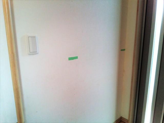 壁の裏の柱がある場所にテープを貼る