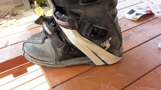 靴底を接着した後はビニールテープで固定