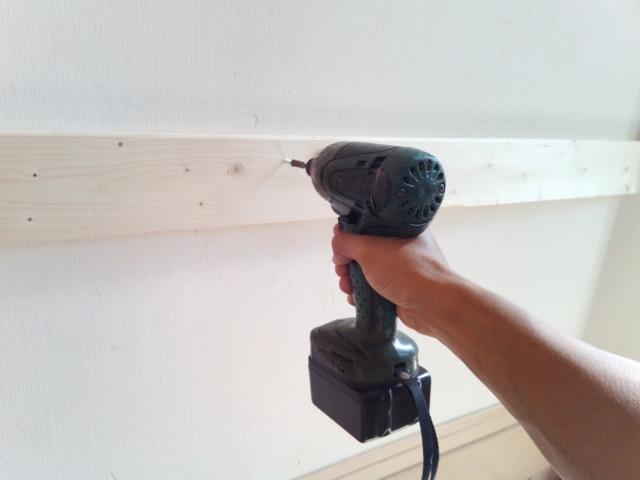 木材を壁にインパクトドライバーとビスで取り付ける