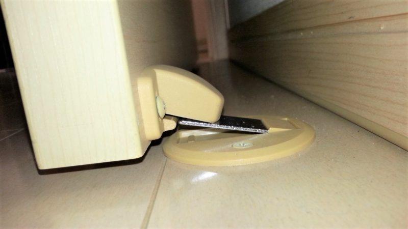 ドア側のマグネットストパーのパーツの位置が下すぎる
