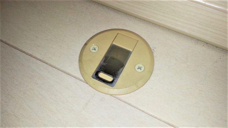 床に取り付けられているドアストッパー