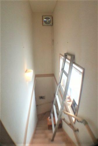 はしごを使って下地を探した