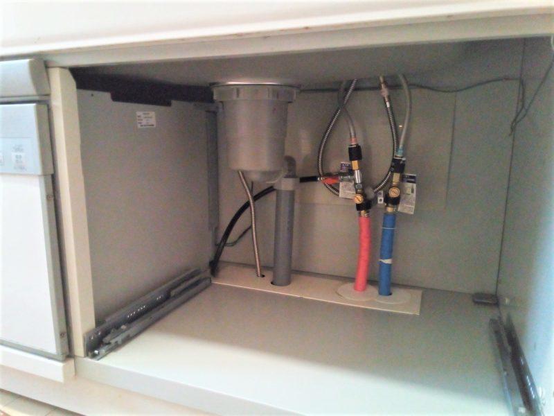 食洗機の横にある水道管