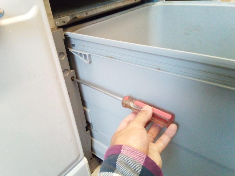 食洗機左側のネジを外す