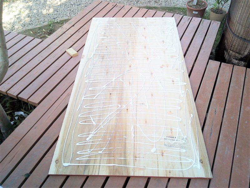 ベニヤ板に木工用ボンドを塗る