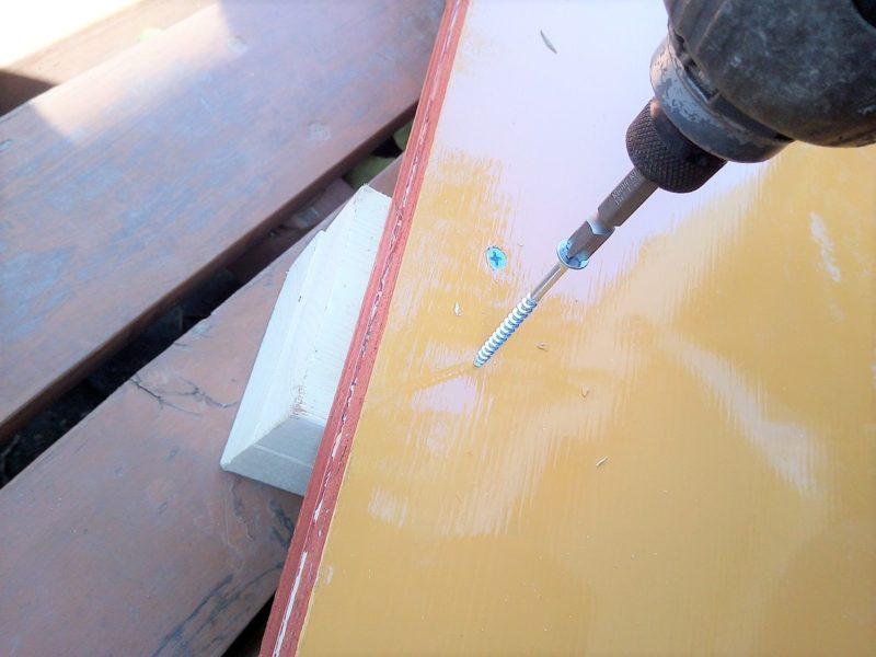 ベニヤ板の裏に2✕4材を置いてビス止め