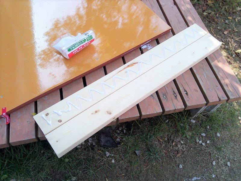 カットした2✕4剤に木工用ボンド