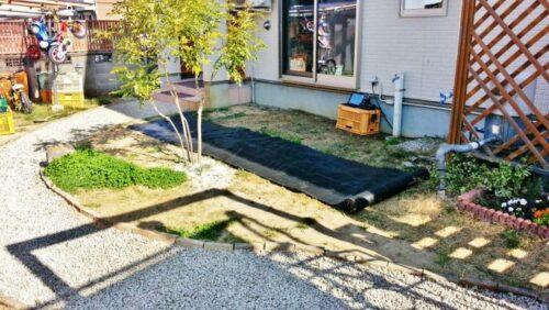 庭に防草シートを敷いていく