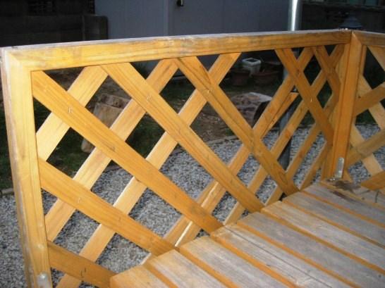 ホームセンターで売られている木製のラティスでウッドデッキの柵に