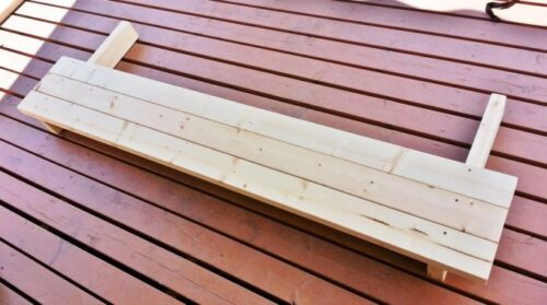 ガーデンテーブルの天板の板を三枚固定した