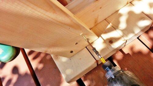 ガーデンテーブルの足をビスで固定する