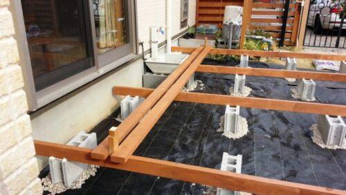 ウッドデッキの天板を同じ間隔で固定していく