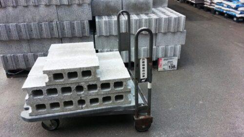 ウッドデッキの基礎に使ったコンクリートブロック