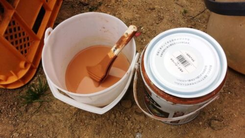 ウッドデッキのペンキ塗りに使った刷毛とバケツ