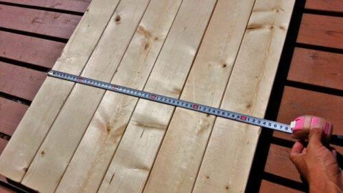 木材を並べて天板にする