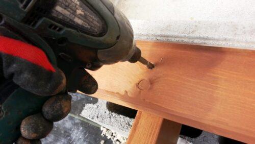 ビスでウッドデッキの天板を固定する