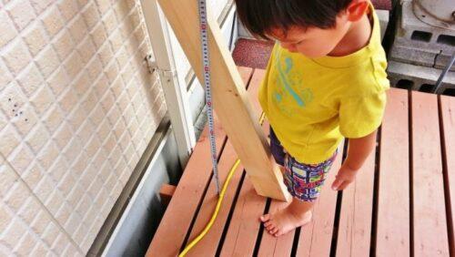 木材のカット寸法を測定する