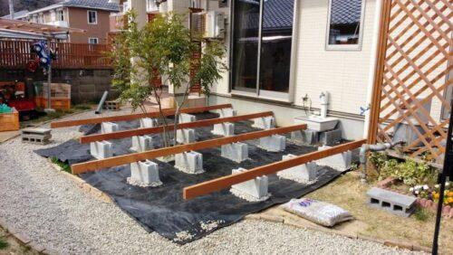ブロックの上にウッドデッキの木材を並べる