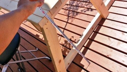 ガーデンテーブルのベンチ部分の寸法を計る